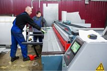 Cutting of the metal sheets on a guillotine